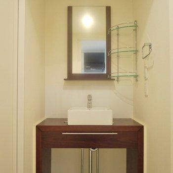 お洒落にきめた洗面。※写真は、同タイプの2階部分。