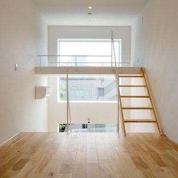 【3階】上がってきました!上部にも大きな窓!※写真は前回募集時のものです