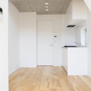 【2階】コンクリ天井と気持ちいいフローリングで白いお部屋をサンドイッチ。※写真は前回募集時のものです
