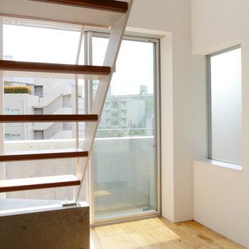 【2階】南東向きの窓の他にも、採光窓ありますね。※写真は前回募集時のものです
