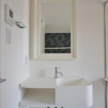 洗面台はお部屋の中にあるもののお洒落です※写真は前回募集時のもの。
