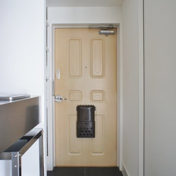 玄関のドアは昭和風※写真は前回募集時のもの。