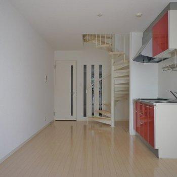 螺旋階段に赤のキッチン