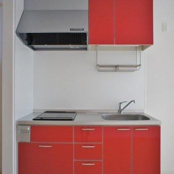 真っ赤なキッチンがアクセント