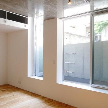 窓が大きく3枚あって、光入ります。※写真は前回募集時のものです