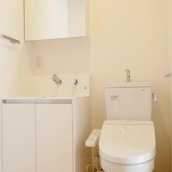 洗面台とトイレは並んで。