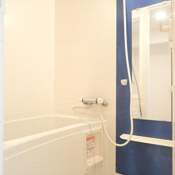 浴室のアクセントシートも青で統一!