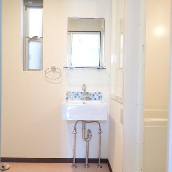 洗面台はシンプルに。青いモザイクタイルがわい!