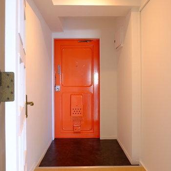 明るい気分になれるオレンジの玄関