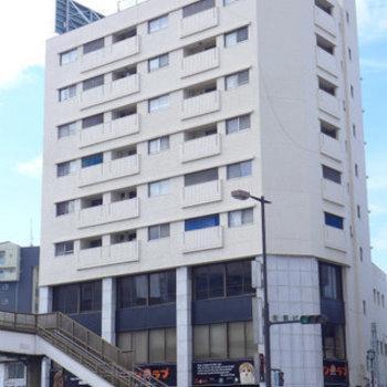 大通り沿いにある建物。下層階はテナントです。