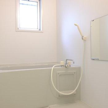 お風呂には小窓あり