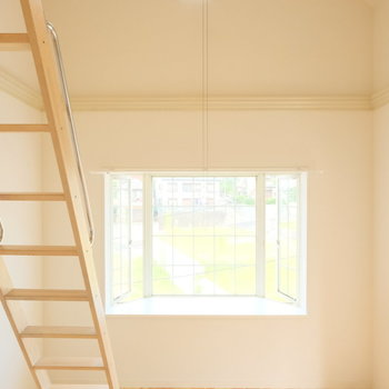 なんと三角屋根の上方にも窓が!嬉しい!