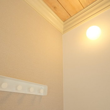 お部屋のはしごの裏には小さな証明とコート掛けが◎