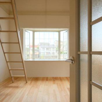 格子状の扉を開けると、格子状の出窓が!統一感がきもちいい!