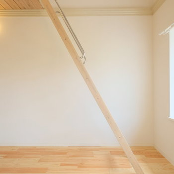 しっかり奥行きのある出窓◎床はパインの無垢床!優しくしっとりとした肌触りが心地いい!
