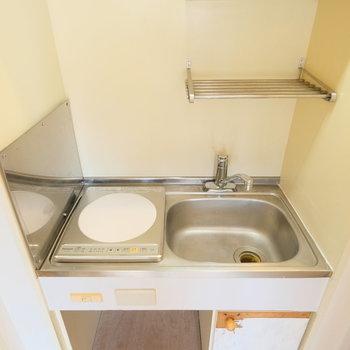 キッチンはコンパクトに。※扉部分の工事前の写真です。キレイになりますよ!