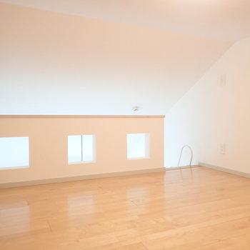 3つ並んだ窓がかわいい。ロフトです。