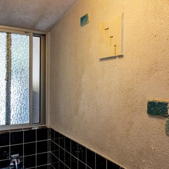 見上げると、窓とこの壁とタイル。よい〜〜
