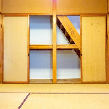 【和室】階段下の押入収納。