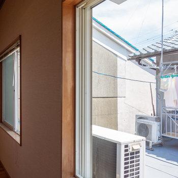 【LDK】西側の窓はお隣さんのベランダです。