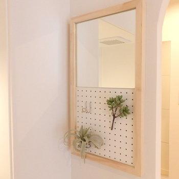 キッチン横にはおしゃれな鏡取り付けてみました