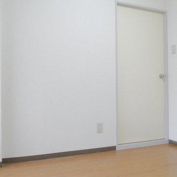 ドアはクリーム色で。 ※クリーニング前の写真です