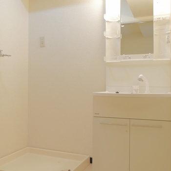 脱衣所に独立洗面台と洗濯機置場。 ※クリーニング前の写真です