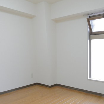 玄関側の4.5帖の洋室です。窓の外は共用部。 ※クリーニング前の写真です