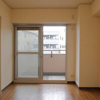 バルコニー側の洋室です。 ※クリーニング前の写真です
