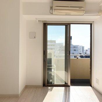 【LDK】南向きの窓からは明るい光が差し込んできます。