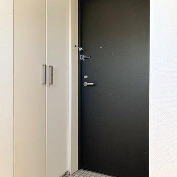 クリーム色と白の扉です。
