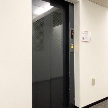 エレベーターで一気に12階へ。