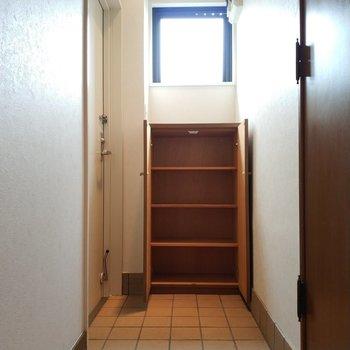玄関とシューズクローゼットからレトロ身を感じますね。