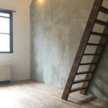 このコンクリートの雰囲気に木製の階段がGOOD!
