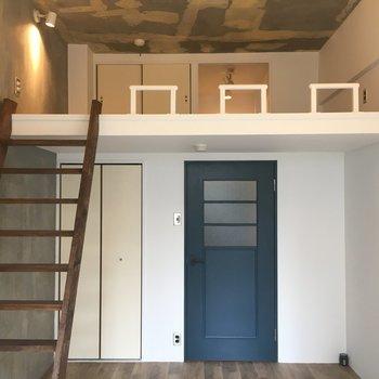 青の扉がアクセントのお部屋です!