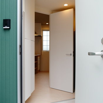 外から玄関。※2階似た間取り別部屋(207)の写真です