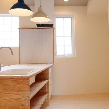キッチンの作業スペース広々。※2階似た間取り別部屋(207)の写真です