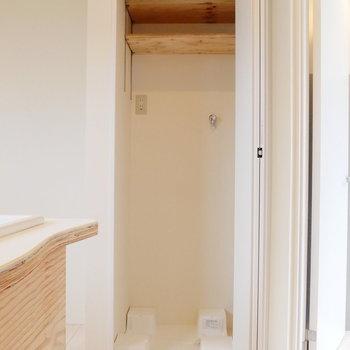 キッチンの後ろに洗濯機を。※2階似た間取り別部屋(207)の写真です