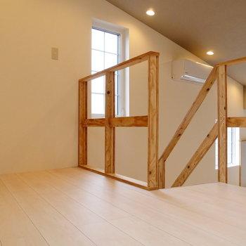 木の階段登ってロフトです。*写真は似た間取りの207のもの。ロフトではなく寝室となります。
