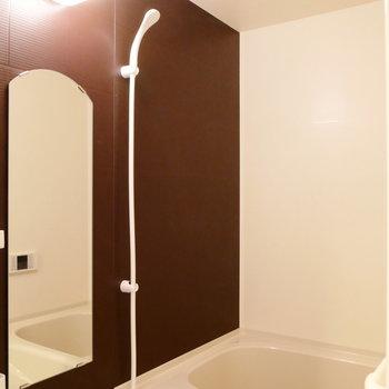 お風呂の鏡まで可愛く。※2階似た間取り別部屋(207)の写真です