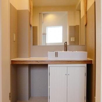 独立洗面台の木の枠で温かみ感じる。※2階似た間取り別部屋(207)の写真です