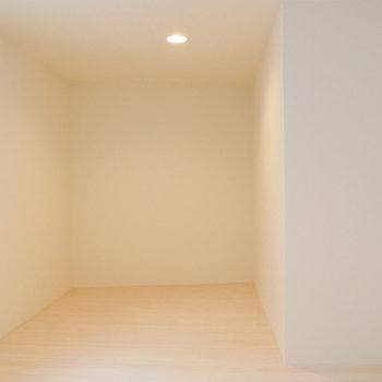 こちらは少し狭くなってます。*写真は似た間取りの207のもの。ロフトではなく寝室となります。