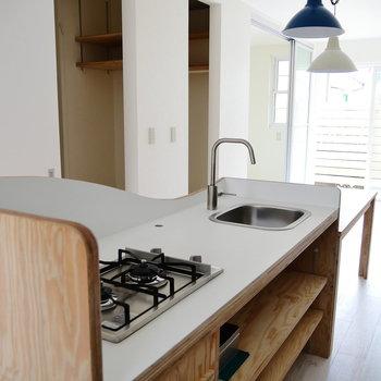 キッチンは2口ガスコンロ。素敵な素材感。*写真は別部屋です