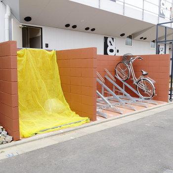 ゴミ置場と駐輪場は目の前に。
