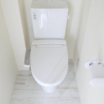 ぴかぴかトイレはウォシュレット付。*写真は別部屋です