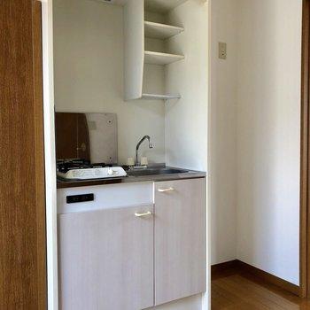 コンパクトなキッチンスペースです。※電気がつく前の写真※電気がつく前の写真