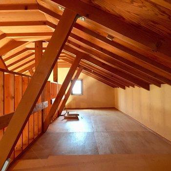 こんな素敵な屋根裏部屋。窓が2つあって風も通ります。