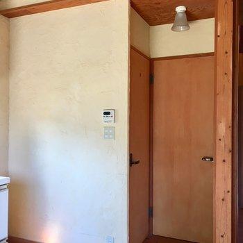 キッチン横に、トイレとサニタリースペース。
