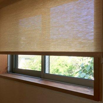 すべての窓にこのロールスクリーンが付いてきます。