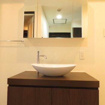 洗面台もシンプルながら広い
